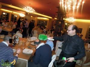 un finto cameriere durante una cena aziendale in una sua gag