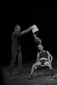 intervento di trasformismo comico in un varietà internazionale